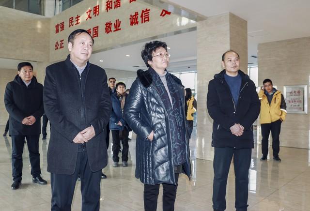 (1)王晓萍部长一行听取公司简介.jpg