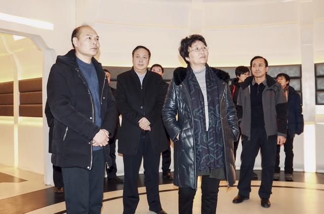 (2)王晓萍部长一行观看科普短片.jpg